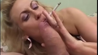 Smoking older gives oral sex to a bulky pecker